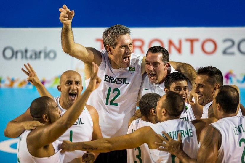 Toronto, Vôlei Sentado Masculino, na foto a equipe brasileira comemora após ganhar o ouro nos Jogos Parapan-Americanos 2015. ©Leandra Benjamin /MPIX/CPB